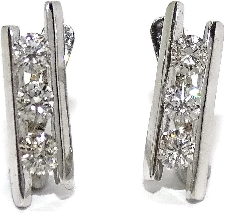 Preciosos pendientes de 0.70cts de diamantes y oro blanco de 18kts. Cierre pala. 1.50cm de alto