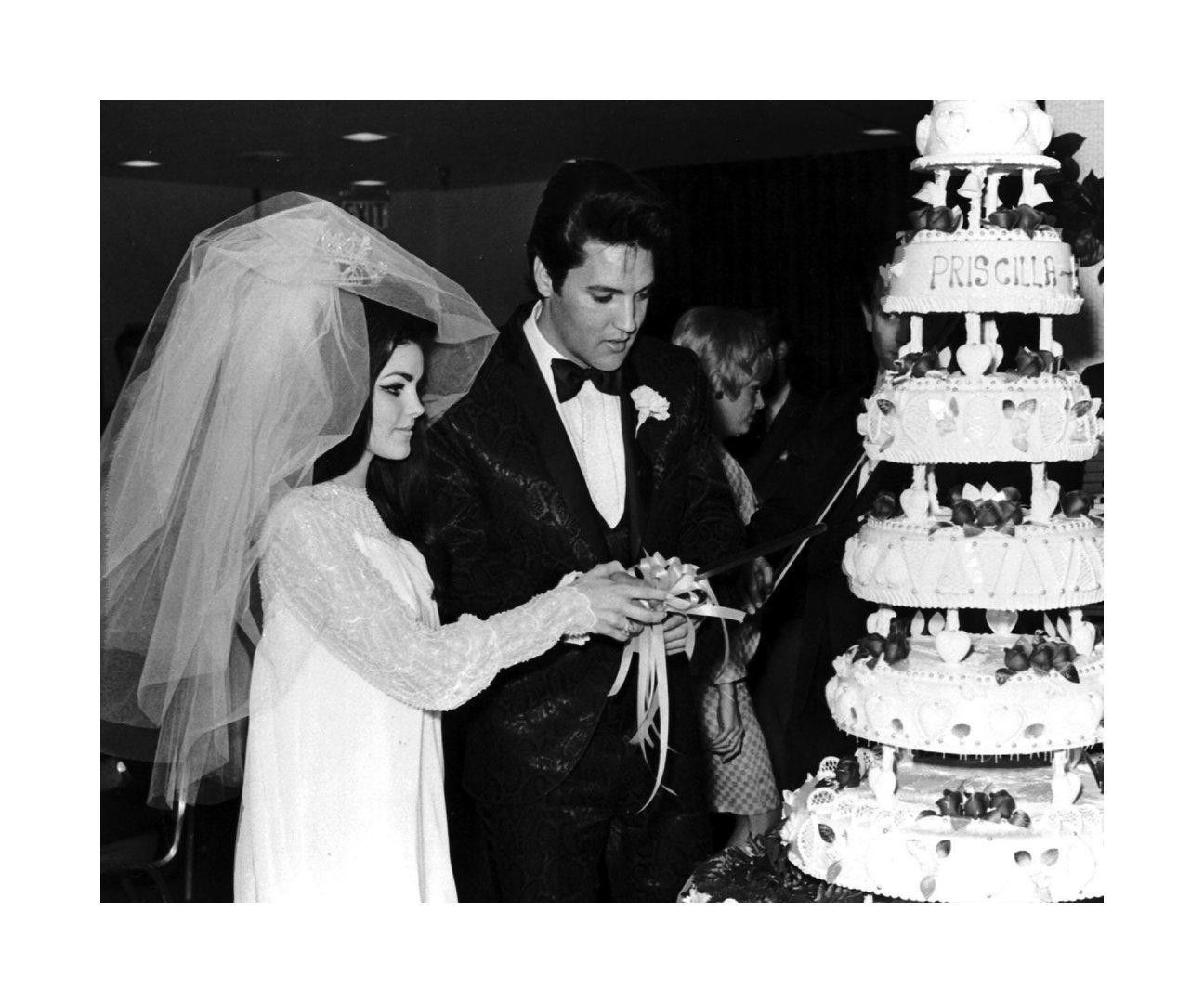 Amazon Elvis And Priscilla Presley Cutting Their Wedding Cake