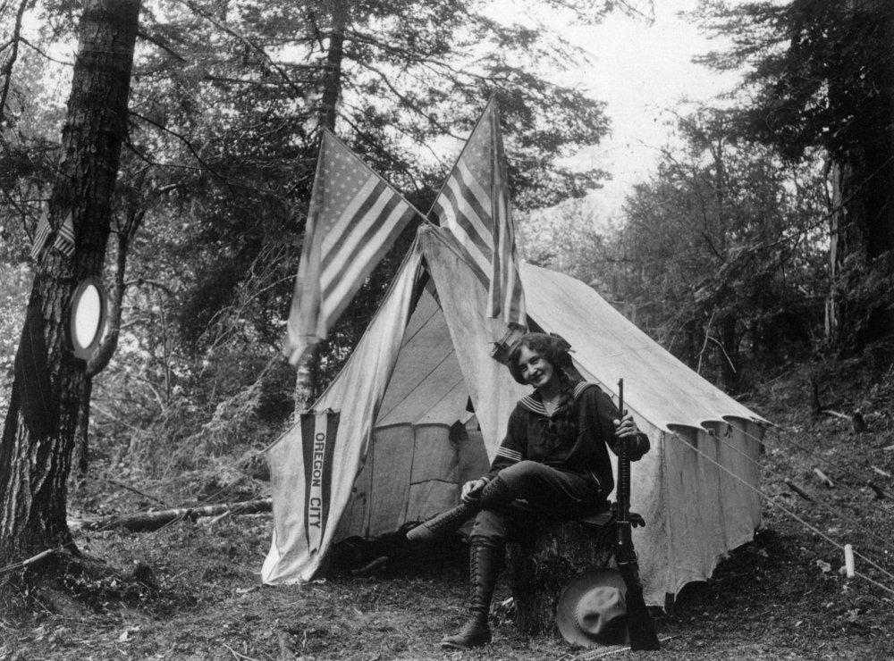 トンプソンCreek、外側Oregon – 座って銃を持つ女性彼女テント7月4 24 x 36 Giclee Print LANT-13373-24x36 B017ZJ7NVM  24 x 36 Giclee Print