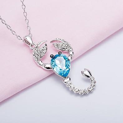 Pendentif pour femme scorpion fait avec des cristaux de swarovski bleu