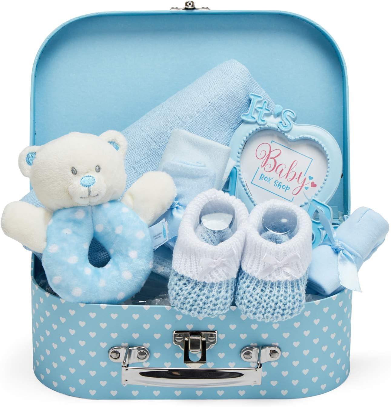 Baby Box Shop Cesta para Bebé para Regalo Baby Shower Niño con Accesorios para Recién Nacido - Incluye Sonajero - Marco de Foto - Muselina Bebé - Babero de Bebé - Calcetines - Manoplas y Gorrito bebé