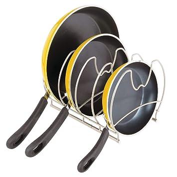 mDesign Estantería para cocina - Elegantes accesorios para muebles de cocina con 4 ranuras para sartenes - Organizador de sartenes y planchas - plateado ...