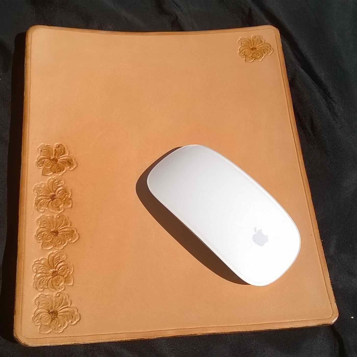 Tapis de souris en cuir martelé avec motif hibiscus, fabrication artisanale made in France par LE CUIR BUISSONNIER