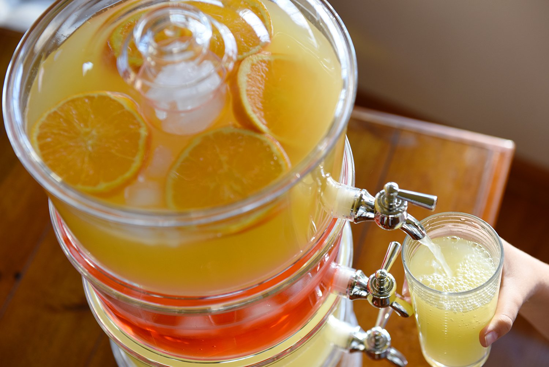 Dispensador de bebidas de Jumbl apilable de 3 niveles con base con cámara de hielo y tubos refrigerantes: Amazon.es: Hogar