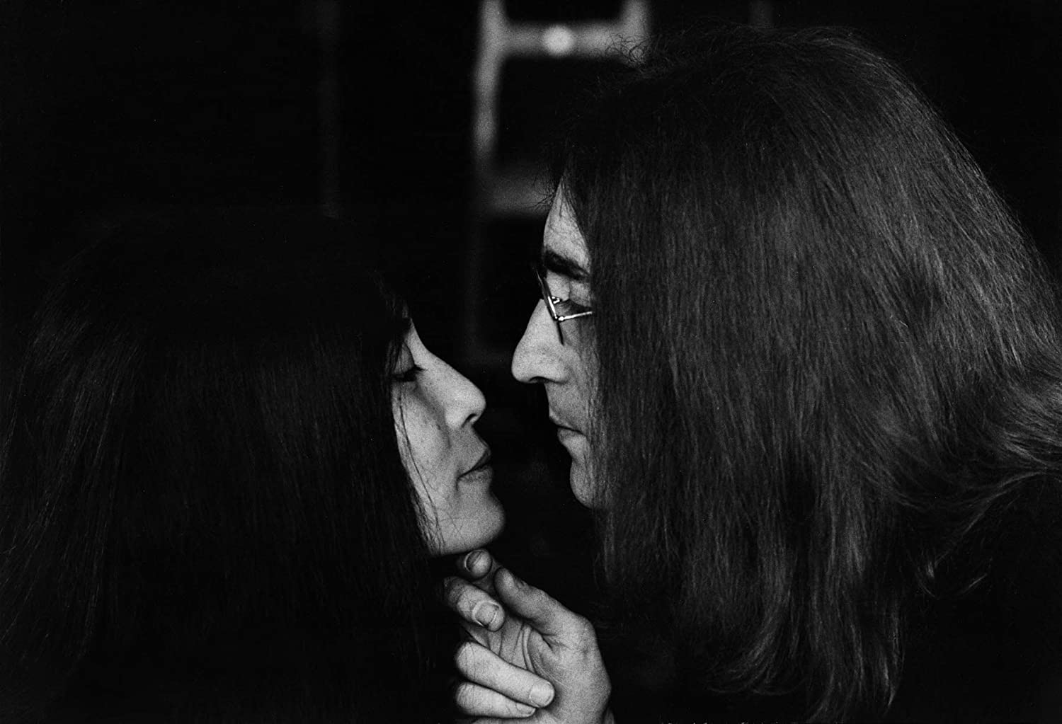 Amazon Com Celebrity Vault John Lennon And Yoko Ono The Kiss An Archival Print 20 X 16 Posters Prints