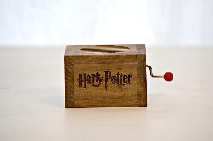 Pequeña caja de música grabada en madera de calidad con la melodía * Hedwig´s Theme *. Manivela manual.: Amazon.es: Handmade