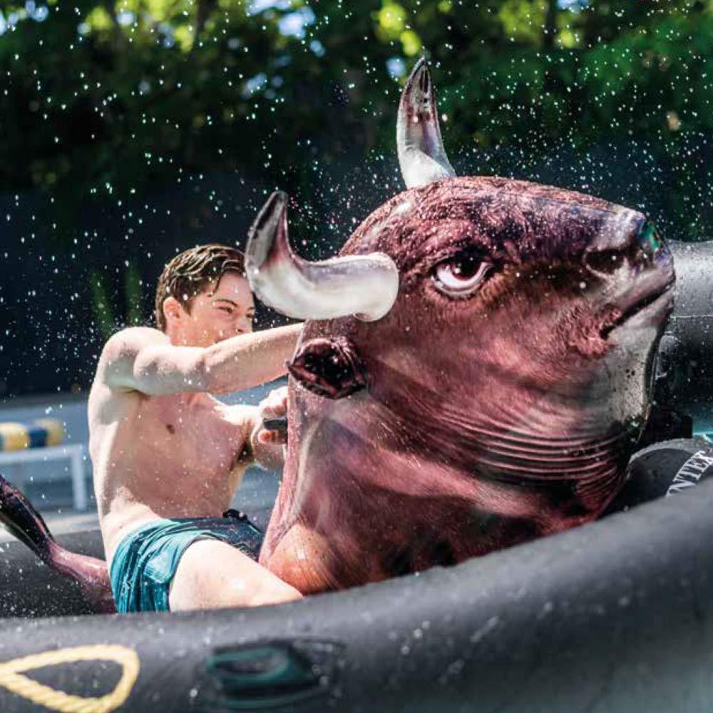 Luftmatratzen-wasser-spaß-mit-bull-riding-luftmatratze
