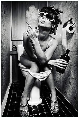 Wallario Poster Kloparty Sexy Frau Auf Toilette Mit Zigarette
