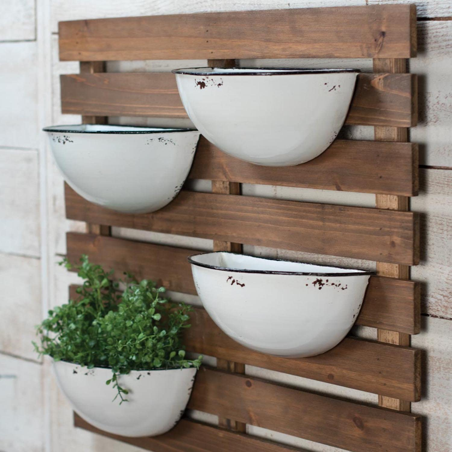 Amazon Com Foreside Rustic Home Garden Slat Wood Wall Planter With Four Distressed White Enamel Pots 74 Home Kitchen