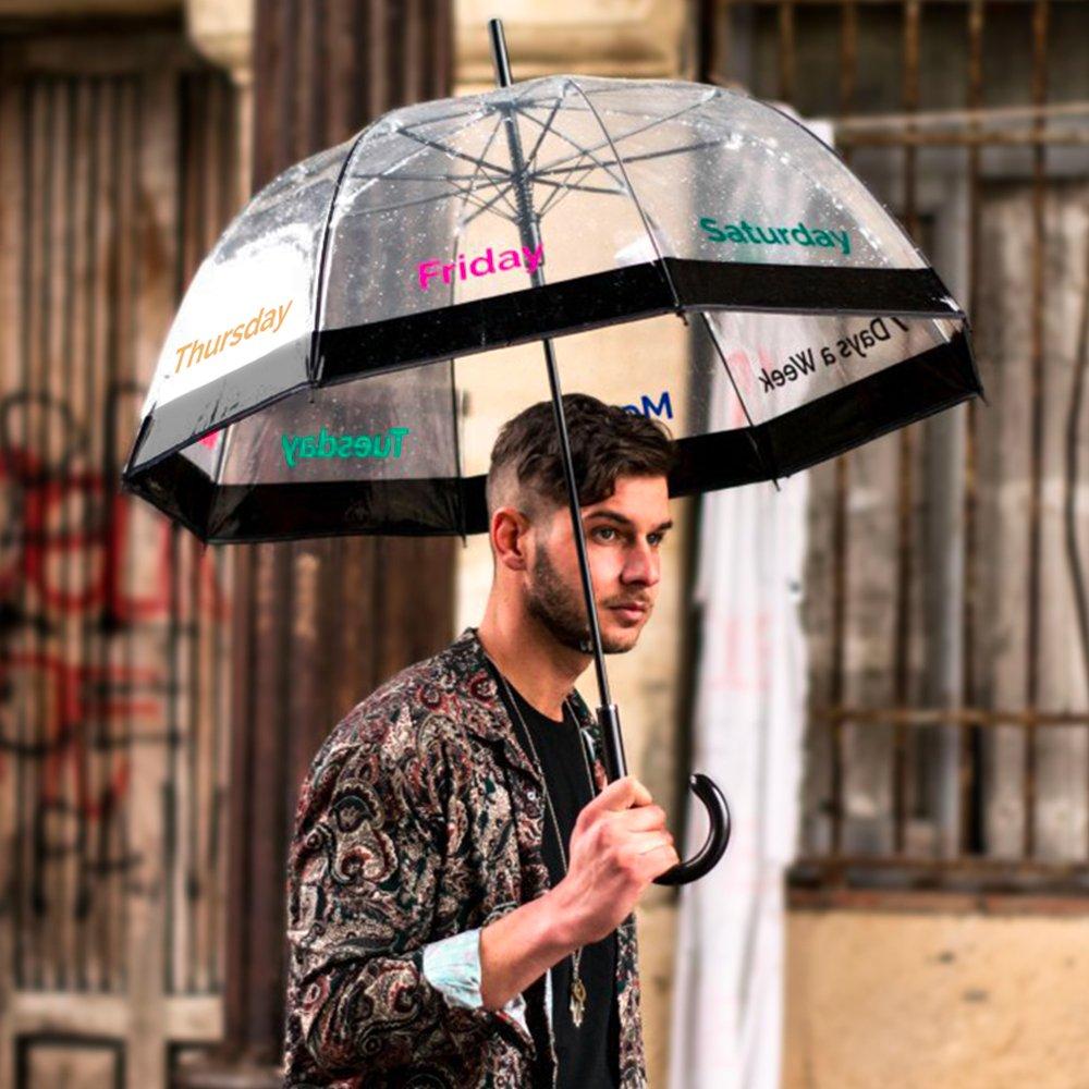 Divertido paraguas transparente con los días de la semana estampados.