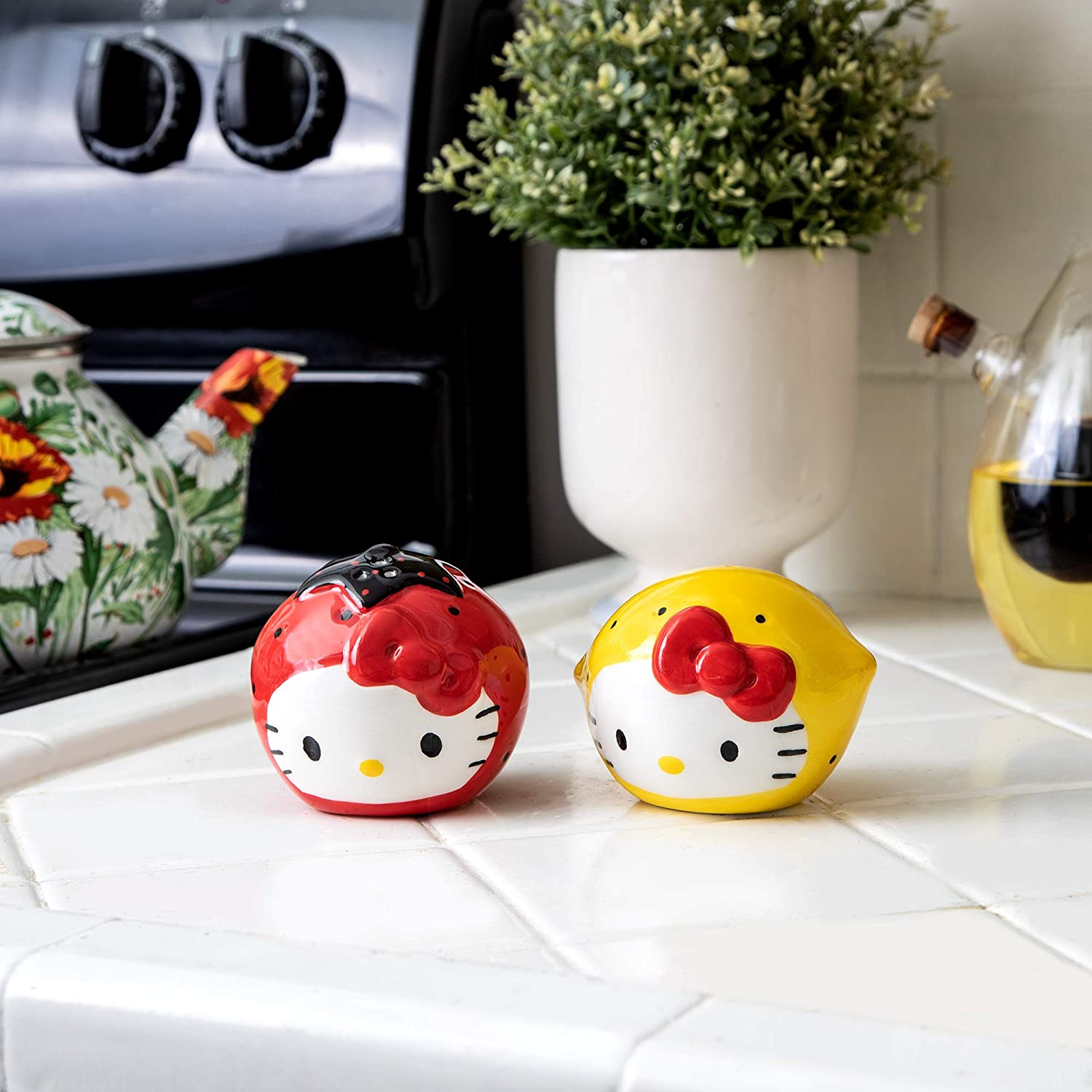 Amazon Com Vandor Hello Kitty I Love Strawberries Lemons Sculpted Ceramic Salt Pepper Set Multicolor Regular Kitchen Dining