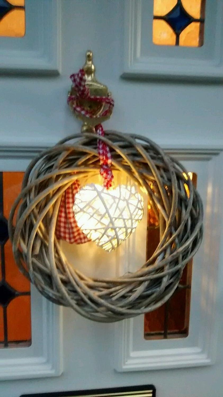 Couronne de Noë l en osier gris de style vintage avec un charmant cœ ur blanc en LED au centre et noué e par un tissu rouge et blanc Parfaite sur un mur ou une porte TOBS