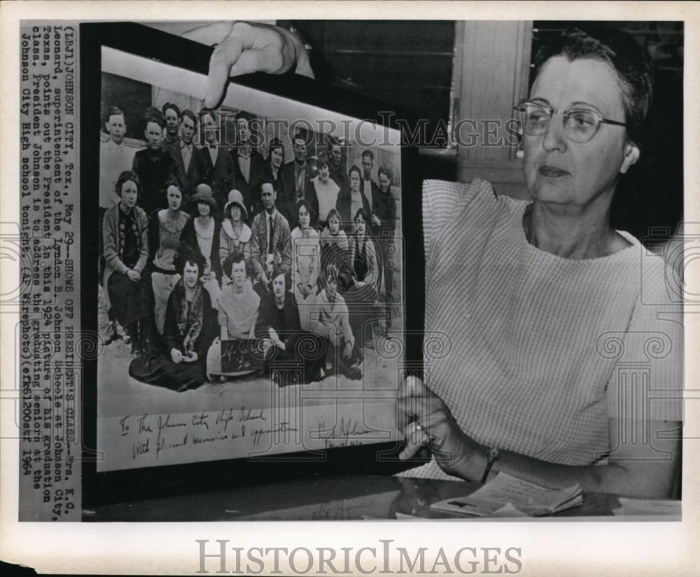 Amazon com: 1964 Wire Photo Mrs KC Leonard Points The
