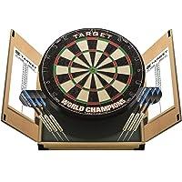 Target darts wereldkampioenschappen dartbord in een thuiskast met twee dartsets