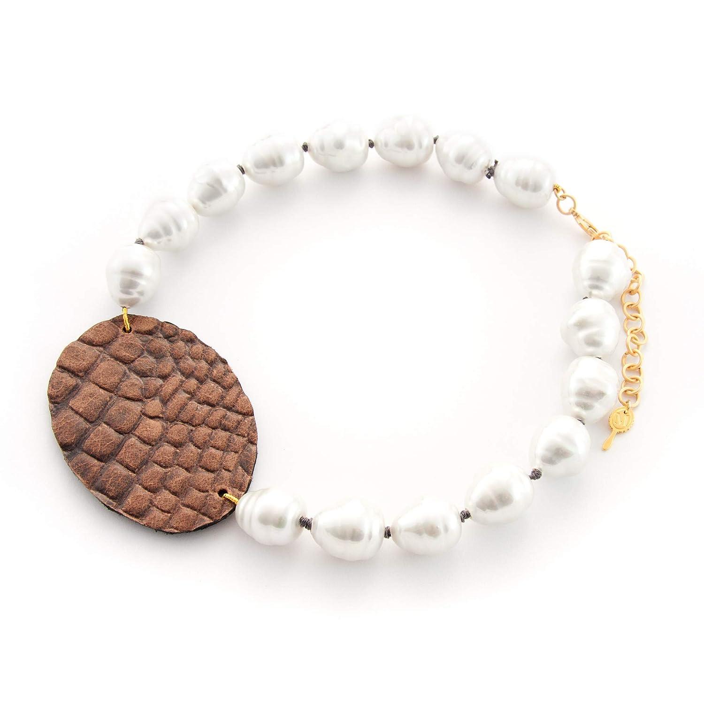 Collar corto mujer de perla artificial con óvalo de piel hecho a mano. Gargantilla de perlas barrocas blancas y piel, cuero de color marrón.Regalo para el día de la madre.