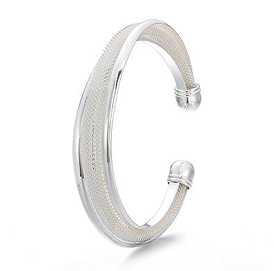 Bracelet pour femme en argent plaqué sans fermeture discret et finement ciselé.