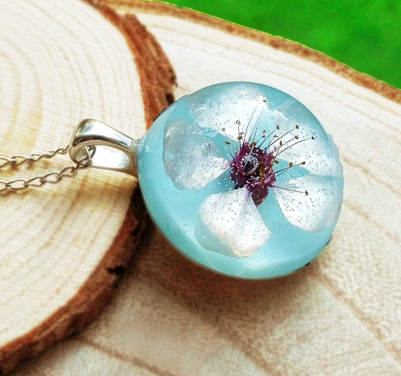 Collar con Flor de Cerezo Natural en Fondo Azul Cielo, Regalo Especial para Chica
