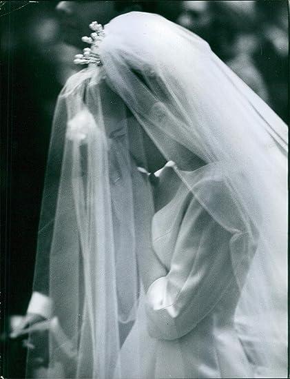 Vintage photo de Jacqueline Boyer es lleva un vestido de novia. 1968