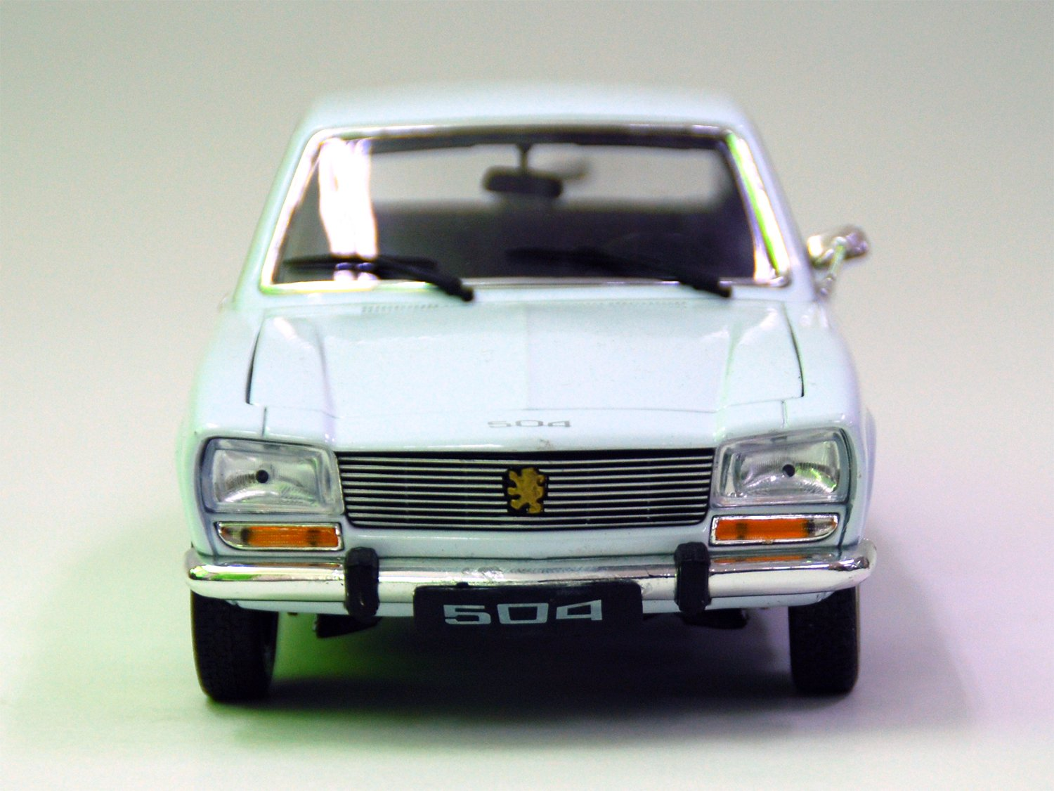 Welly 01:18 series 1975 Peugeot 504 200-495: Amazon.es: Juguetes y juegos