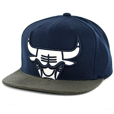 huge discount 63771 c0a23 Mitchell   Ness Men s NBA Chicago Bulls Leather XL Logo Faux Suede Visor Snapback  Hat
