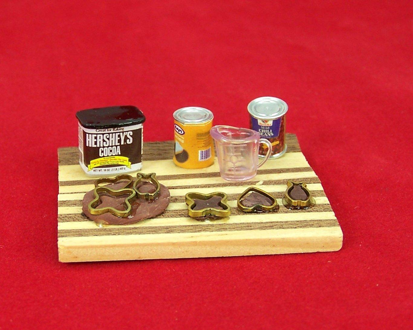 Miniatur Holzbrett mit Backzubehör. Für 1:12 Puppenstuben. 1:12 Miniaturen