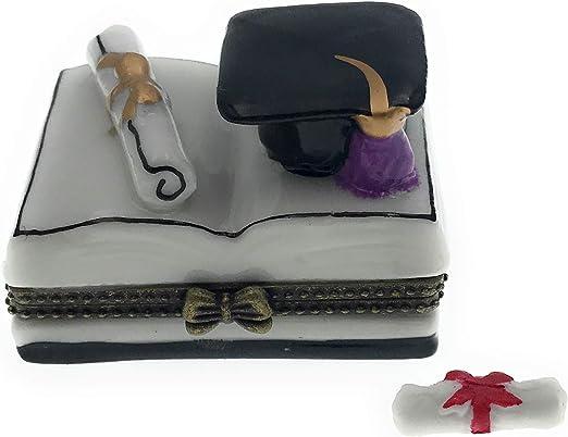 Graduación Diploma y la graduación sombrero en libro abierto con ...