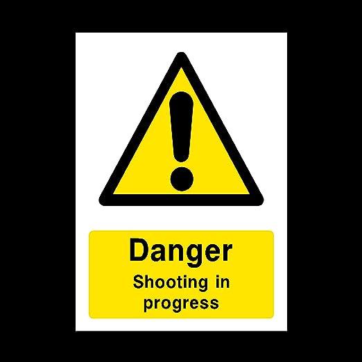 Cartel de plástico con Texto en inglés Danger Shooting in ...