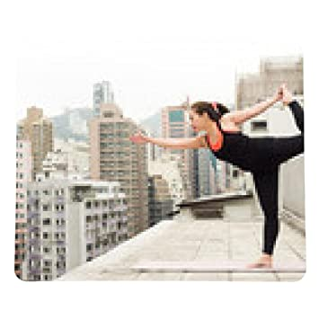alfombrilla de ratón La muchacha asiática que hace yoga en ...
