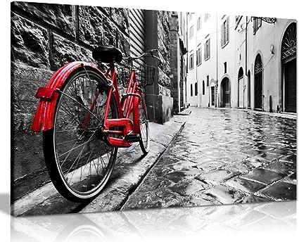Retro Vintage rojo bicicleta en la calle de adoquín blanco y negro ...