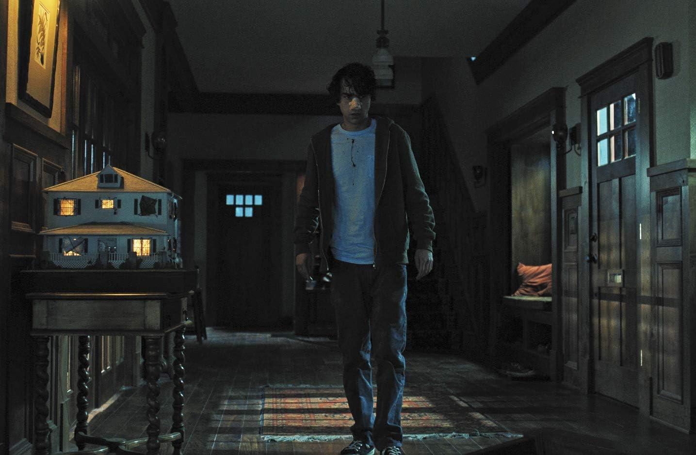 アニーの作ったミニチュアの前を歩くピーター