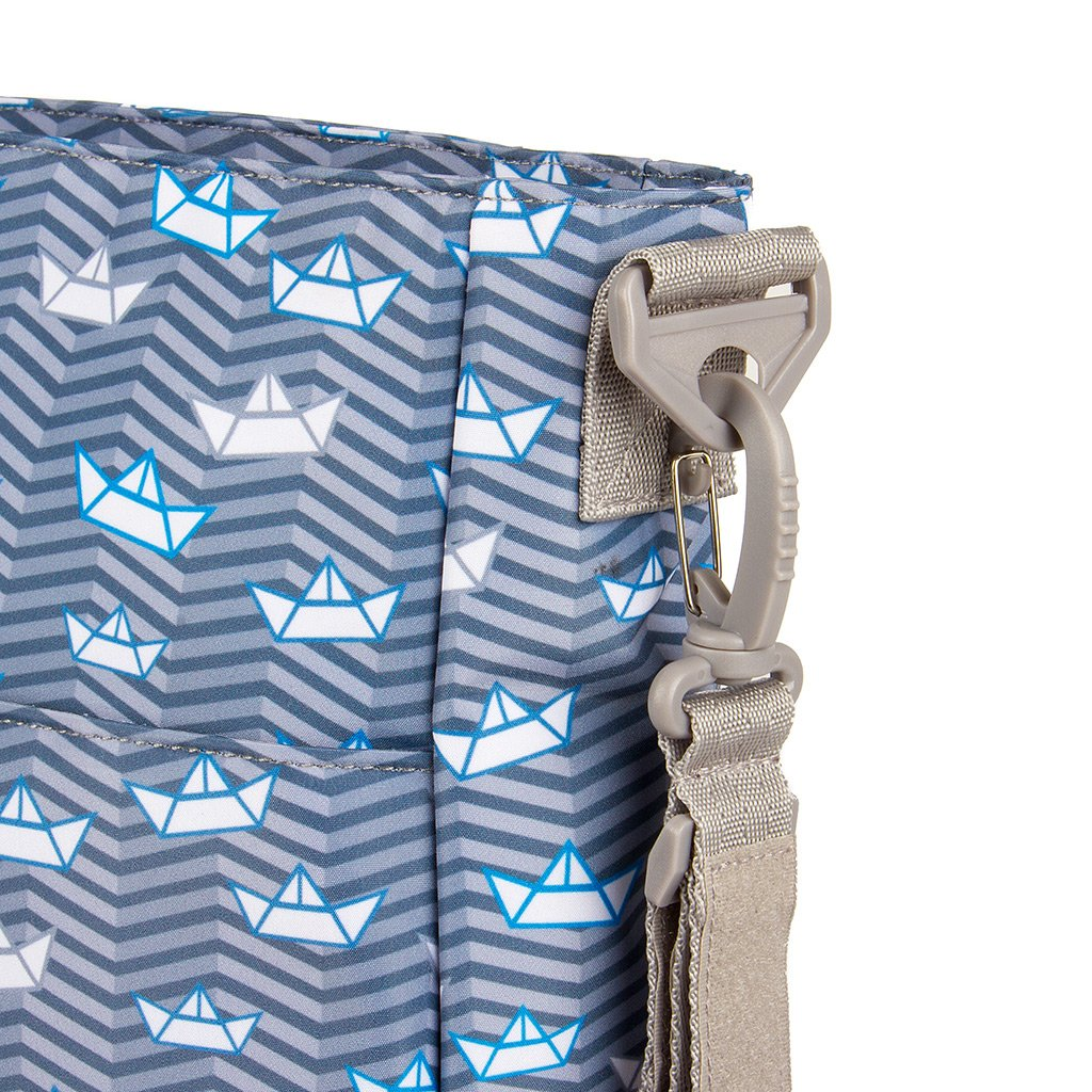 Kiwisac Trendy Marina Bolso para Carro de Beb/é Universal Dise/ño Original de Barquitos de Papel en tono Azul Bolso Organizador con Cambiador Bandolera Ajustable y Cintas de Sujeci/ón 36x11x32 cm