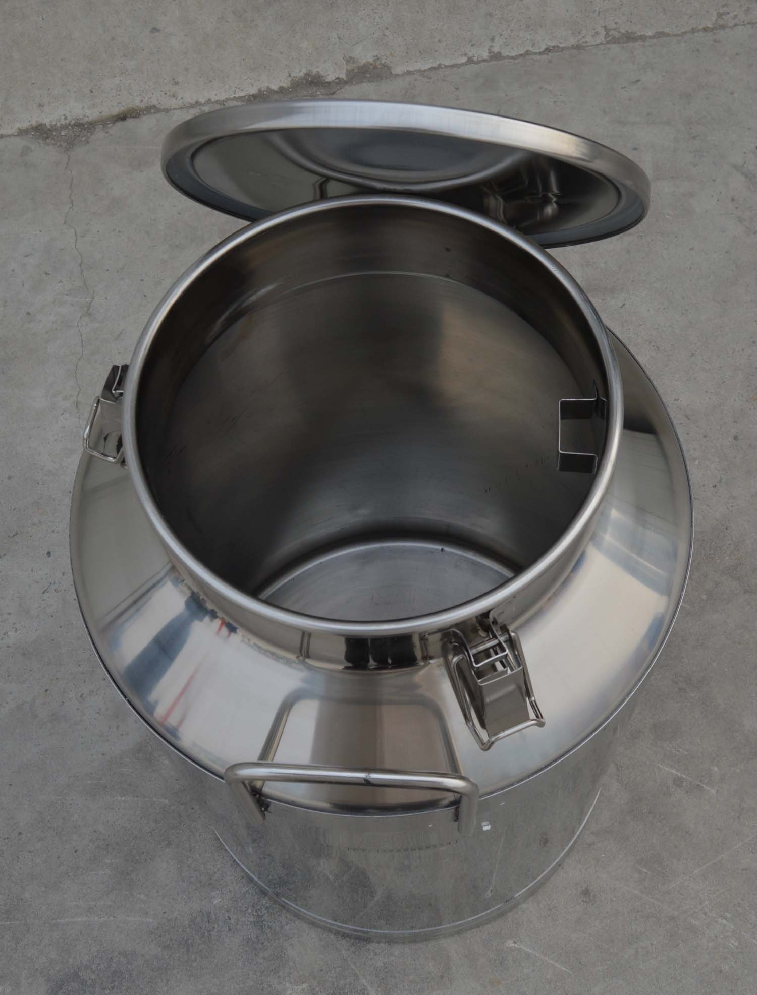 Intbuying Stainless Steel Milk/Wine/Beer/Maple Syrup Pail/Can/Bucket with Lid Storage Equipment,15.9 Gallon/60 L