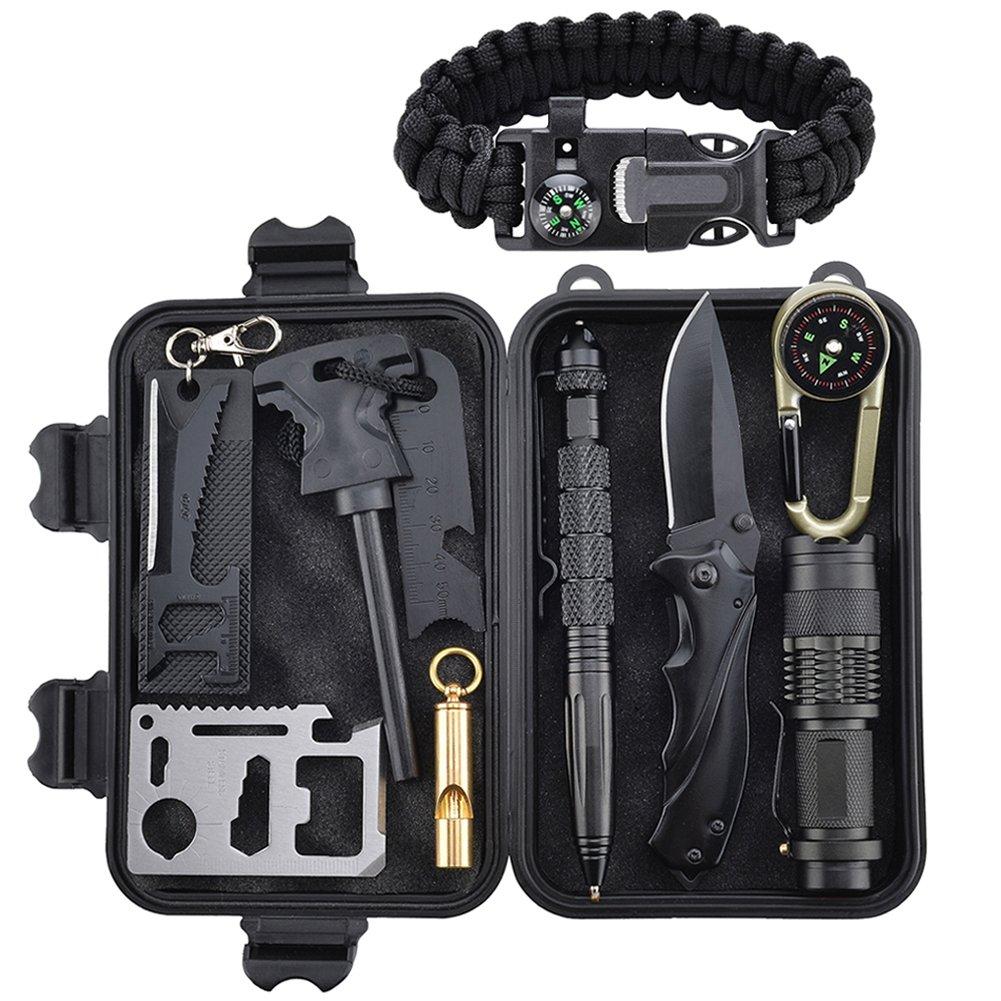 Todo esto en un kit de supervivencia contiene todo lo que cualquier entusiasta de supervivencia o al aire libre necesitaría. Incluye arrancador de fuego, rascador, brújula, tarjeta suiza, linterna, silbato, cuchillo plegable, lápiz táctico, llavero Luz LED, manta de emergencia o pulsera paracord y caja negra