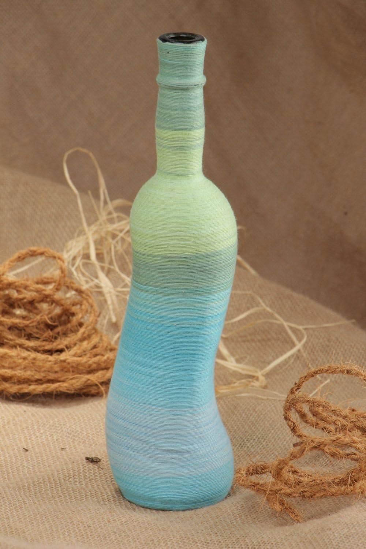 Botella artesanal de cristal envuelta en hilos de algodon de ...