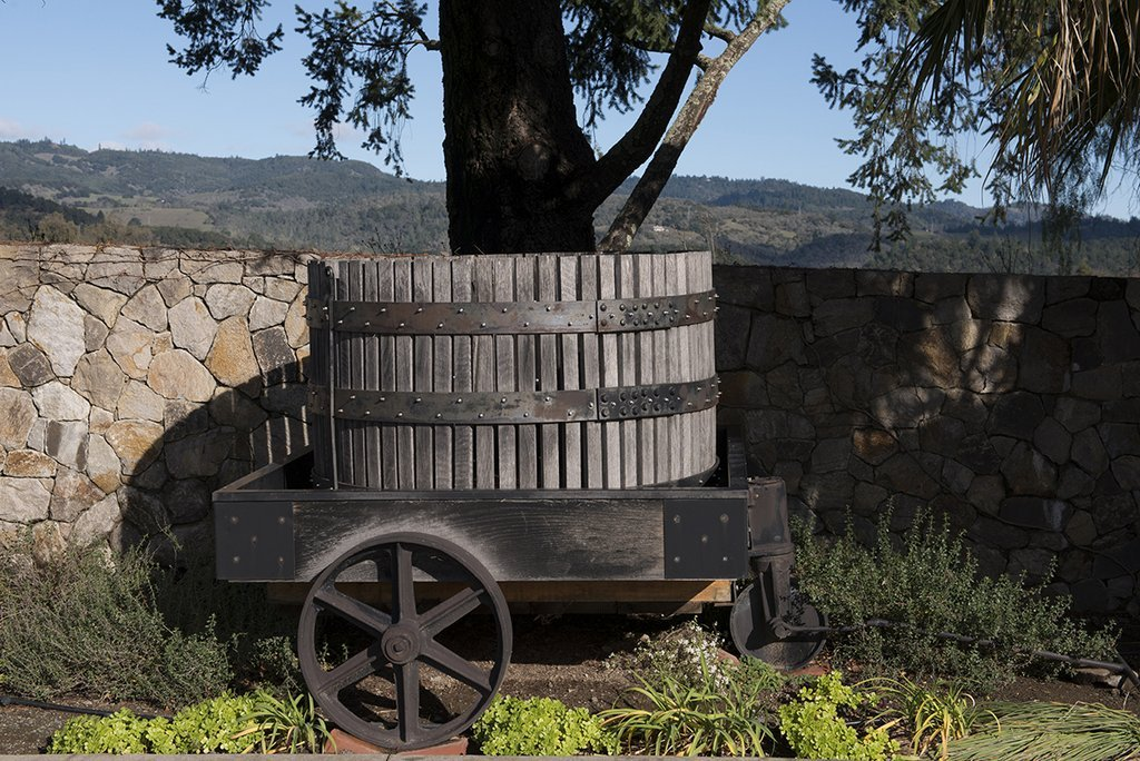 Napa Valley、CA写真 – ワインバレル、ワゴンat the Heitz Winery on theセントヘレナHighway in Napa Valley、カリフォルニア – キャロルハイスミス、1h23625 44in x 30in 1H23625_4430 B07862B52T44in x 30in