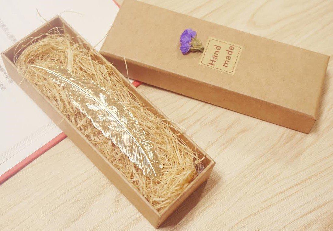 in wundersch/öner Geschenkverpackung  champagnerfarben handgefertigt klassisches Design Metall////Messing eMosQ Lesezeichen im Feder-Design