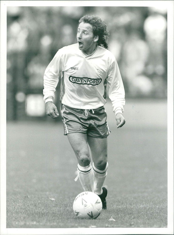 MICKY THOMAS FORMER WELSH INTERNATIONAL FOOTBALLER SIGNED COLOUR PHOTOGRAPH