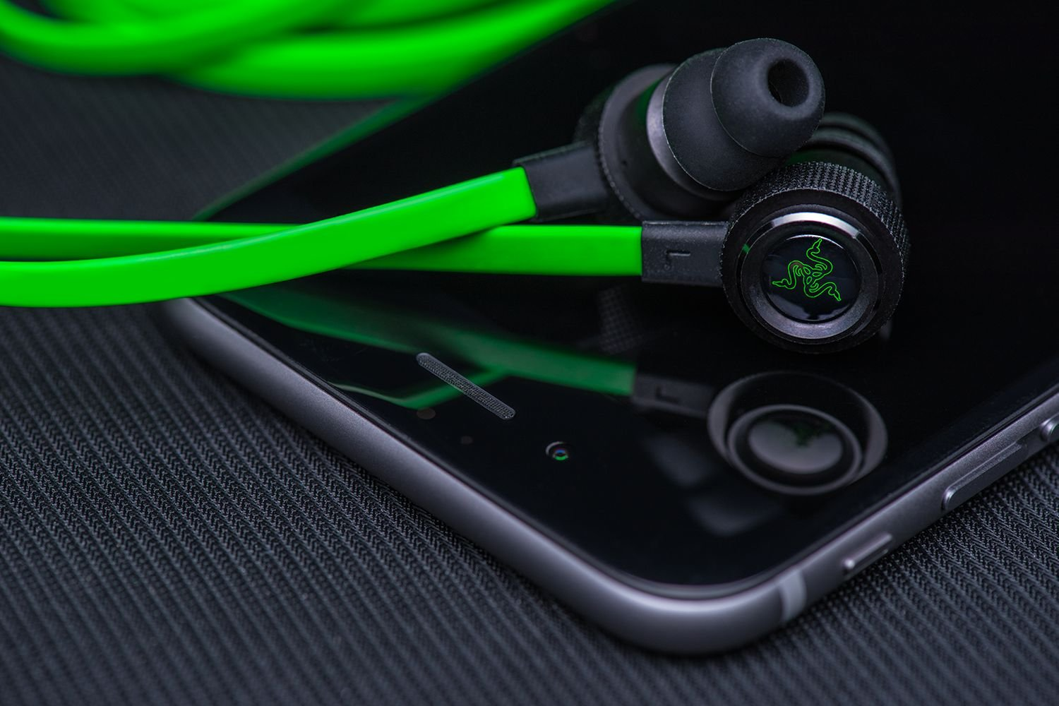 Razer Hammerhead Pro V2 - Flat Style Cables with Omnidirectional Microphone and Volume Controls by Razer