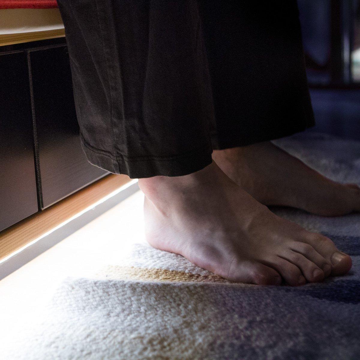 Iluminaci/ón en blanco c/álido 2 Tiras de luces regulables kwmobile Luz LED de cama con sensor Cinta de luces con sensor de movimiento