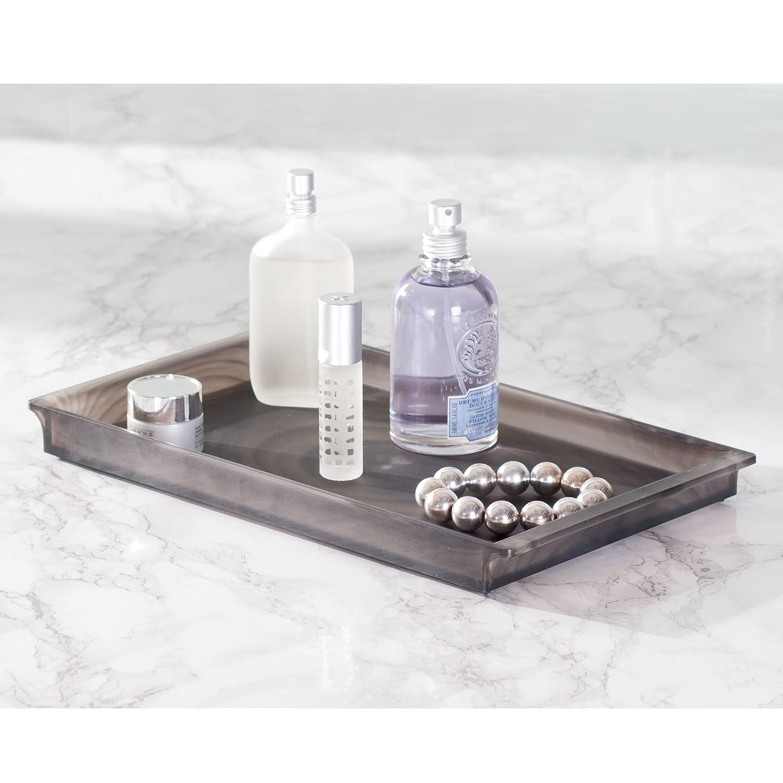 mDesign Bandeja de plástico elegante ideal como organizador de cosméticos - Bandejas decorativas para toallas de invitados, perfumes o joyas - Color: negro ...
