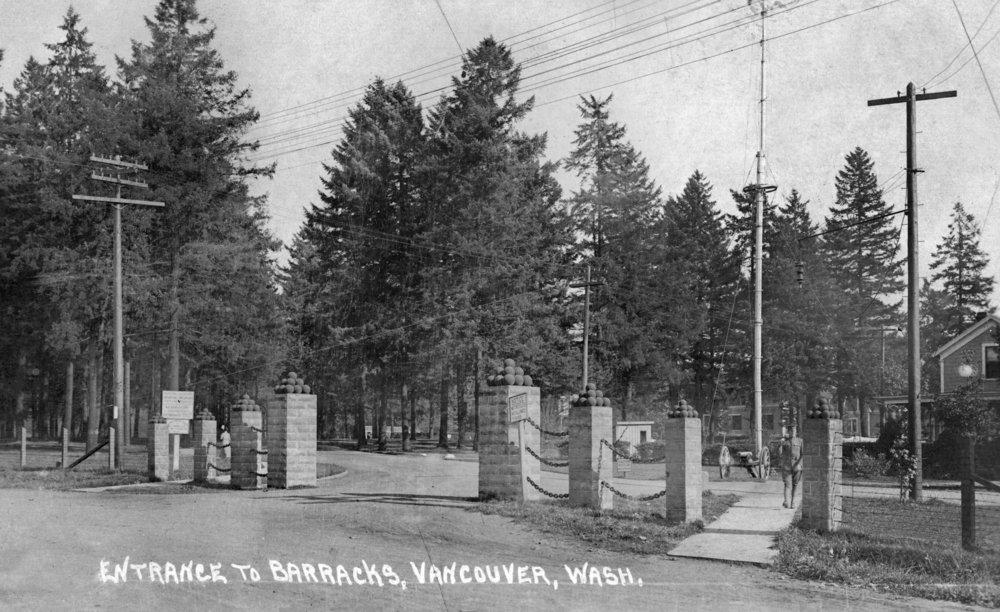バンクーバー、ワシントン – ビューの兵舎Entrance 36 x 54 Giclee Print LANT-23941-36x54 36 x 54 Giclee Print  B01MG2UC6I