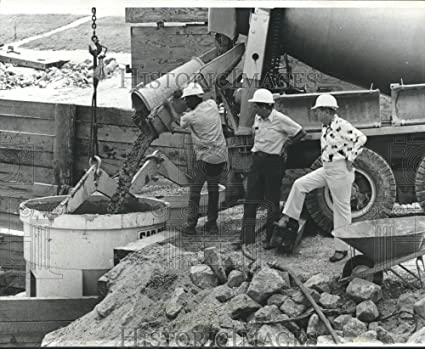 Amazon com: Historic Images 1975 Press Photo Workers pouring