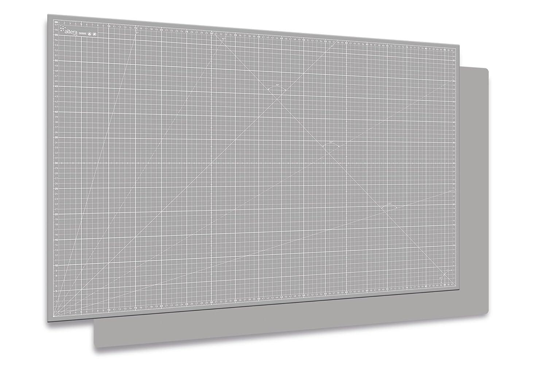 Eine Schneidematte schützt den Tisch vor unschönen Kratzern. Ich habe eine grüne Matte - die nächste wird definitiv grau.