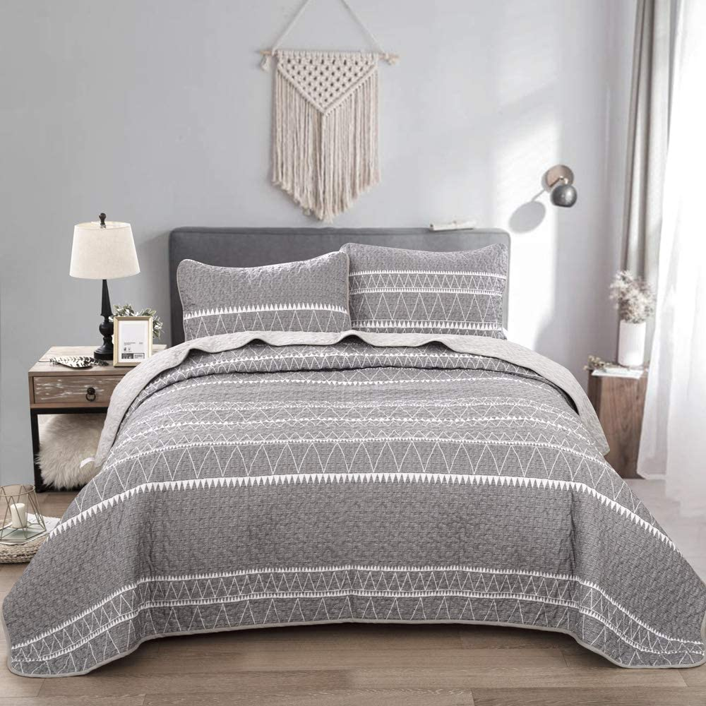 Grey Quilt Set Queen, Gray Striped Triangle Pattern Printed Bedspread Coverlet, 3 Pieces (1 Quilt + 2 Pillowcases), Soft Microfiber Bedding Quilt Coverlet for All Season 90 * 90 inches