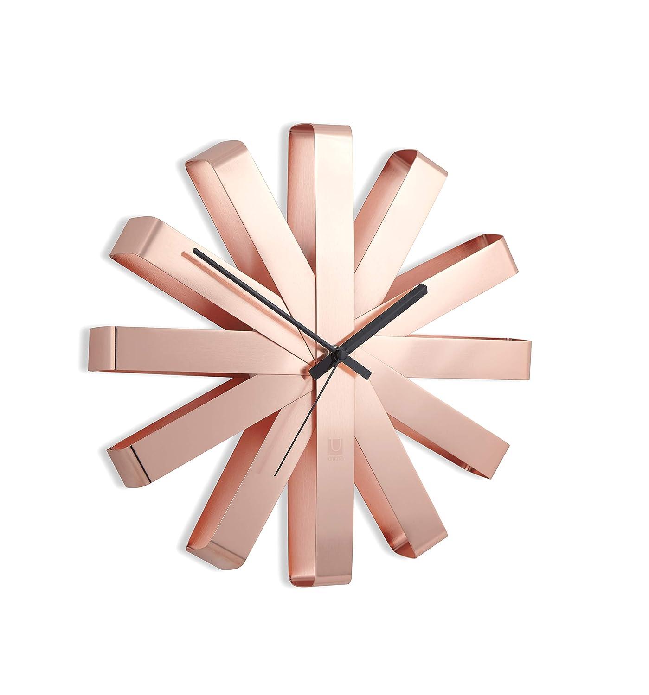 en m/étal coloris cuivr/é Horloge murale silencieuse Ribbon Dimension : 31cm de diam/ètre x 5.7cm d/épaisseur. UMBRA Ribbon Clock
