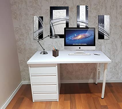 Mesa de escritorio blanca montada lista para ser utilizada de 110 cm