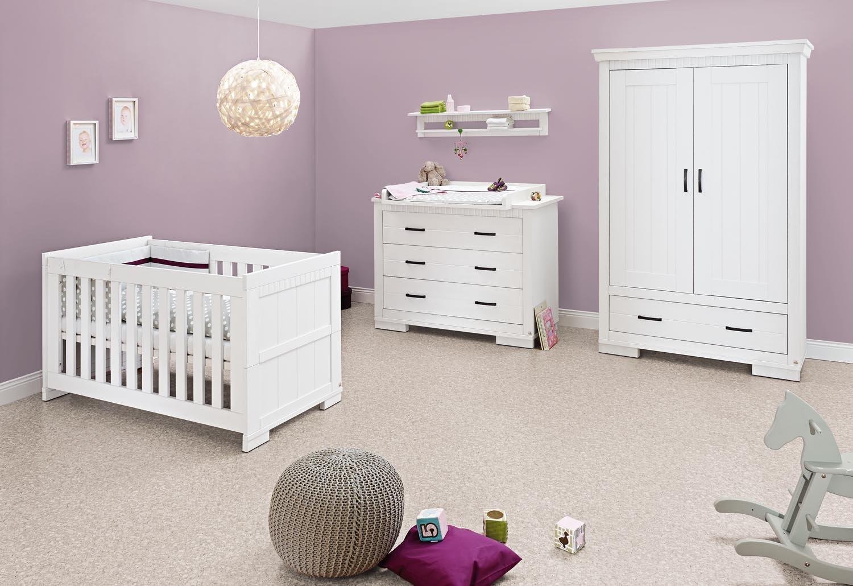 Pinolino Kinderzimmer Skrollan breit, 3-teilig, Kinderbett (140 x 70 cm), breite Wickelkommode mit Wickelaufsatz und Kleiderschrank, weiß mit Holzmaserung (Art.-Nr. 10 00 41 B)