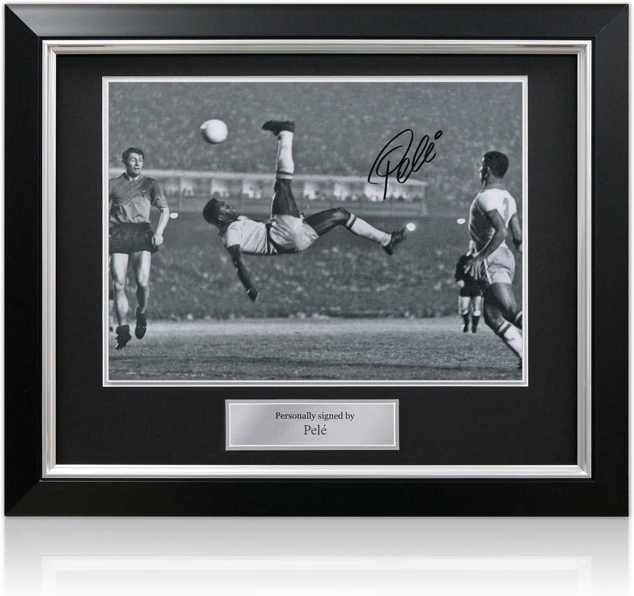 Foto firmada por Pele: Patada. En marco negro de lujo con ...
