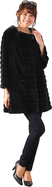 黒のミンクファーコートを着た女性