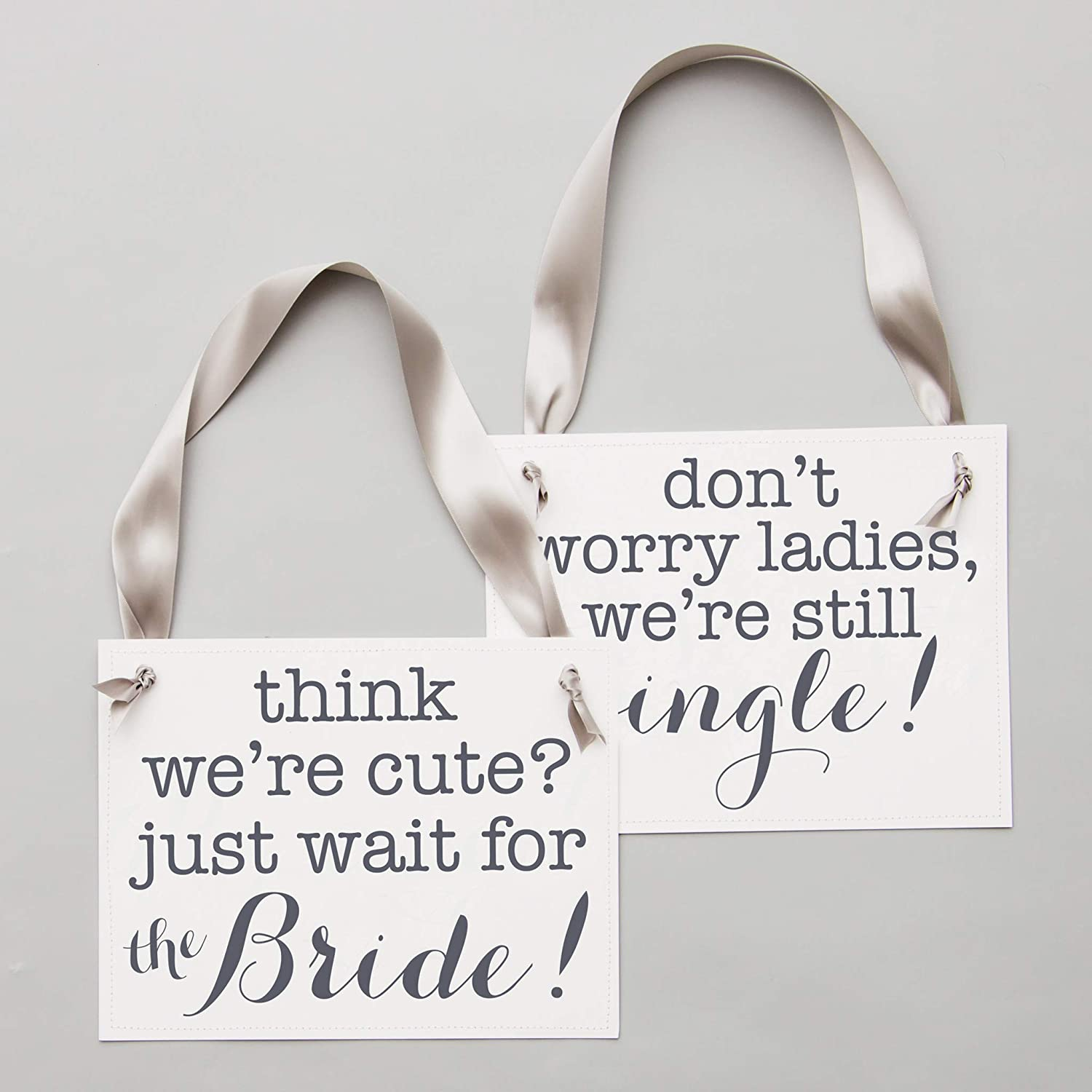 2 Ring Bearer Signs Funny Wedding Banners Satz | Think We'Re Cute? nur Wait für die Bride + Don'T Worry Ladies, We'Re Still Single | Slate Ink auf White Paper Gray Ribbon